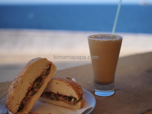 ブルーグロットのツナサンドと自家製アイスコーヒー