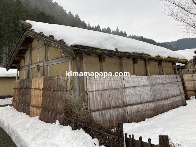 冬の朝倉氏遺跡、復原町並の雪囲い