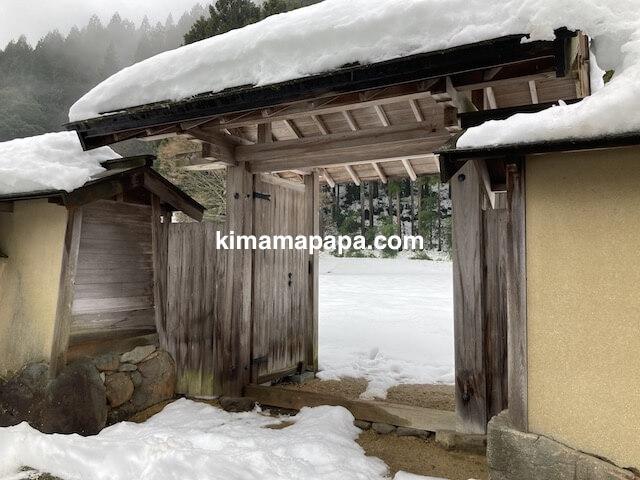 冬の朝倉氏遺跡、復原町並の上流階級宅への出入口