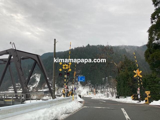 冬の朝倉氏遺跡への行き方、越美北線の踏切