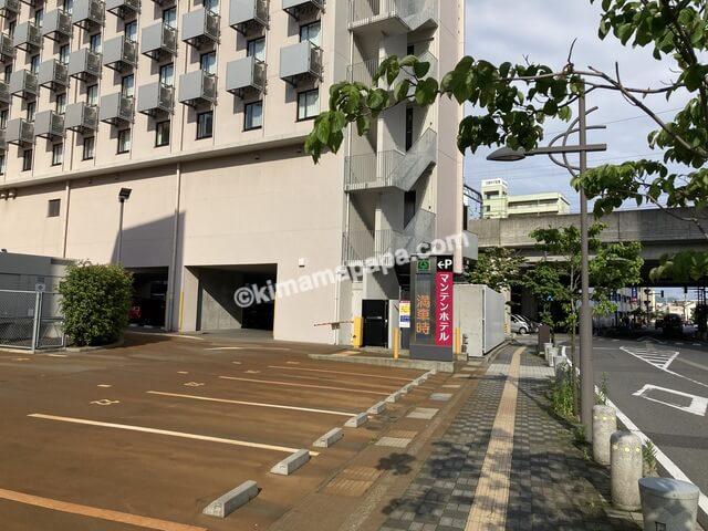 福井市、マンテンホテルの駐車場入口