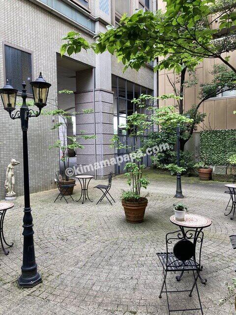 福井市、ホテルリバージュアケボノの中庭