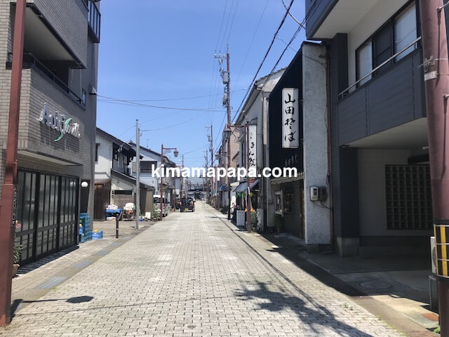 福井県丸岡町、炭魚ほんだへの道