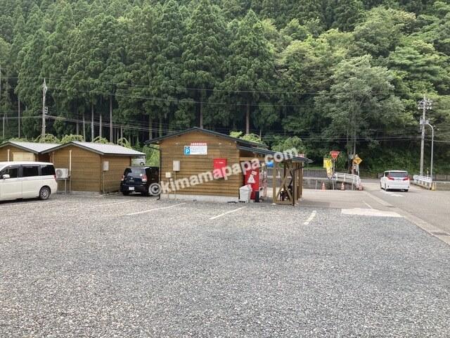 福井県丸岡町、谷口屋の駐車場