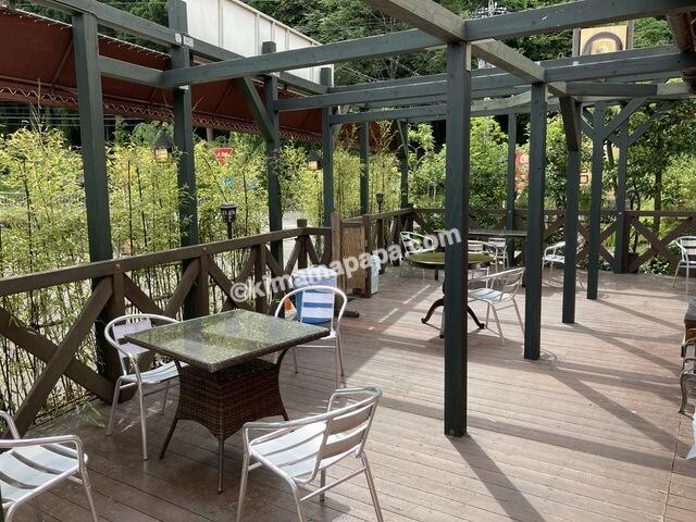 福井県丸岡町の谷口屋、テラスのテーブル席