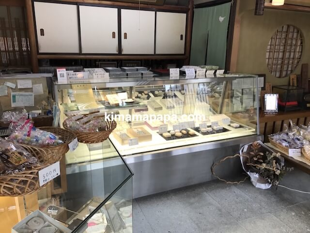 福井県三国町、大和甘林堂の商品ディスプレイ