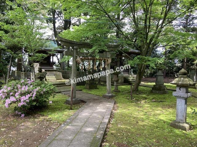 三国神社、拝殿横の社