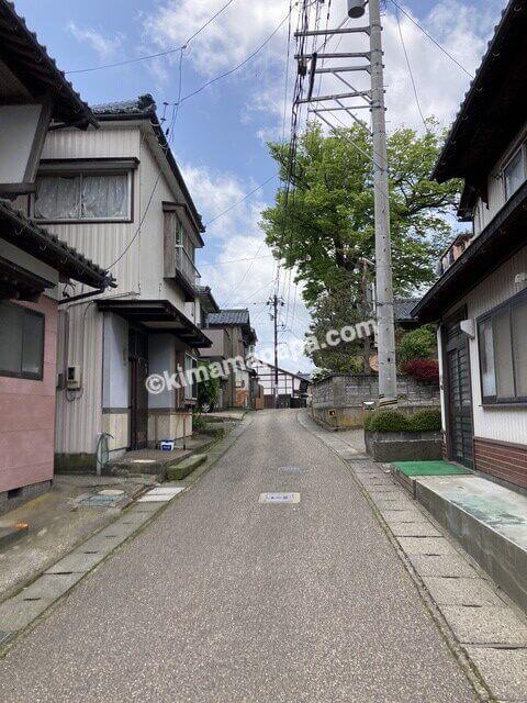 福井県三国町、駐車場から三国神社へ向かう道
