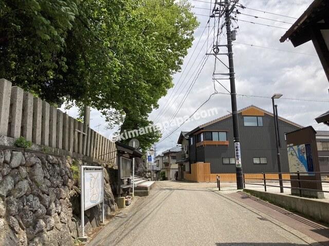 福井県三国町、三国神社の鳥居横
