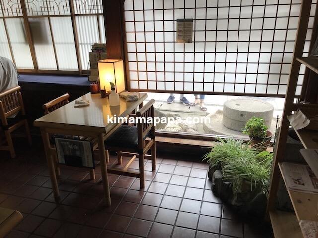福井県三国町、そば処盛安のテーブル席