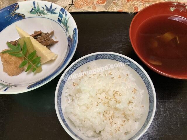 寿楽山、季節の日替わりご膳のご飯と赤だし