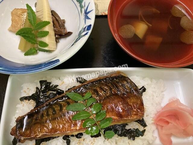 寿楽山、焼き鯖ご膳の焼き鯖寿司と赤だし