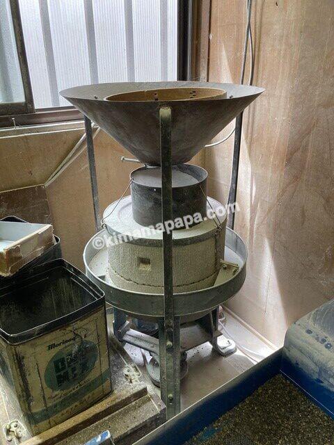 内田製麺所、粗挽きの石臼