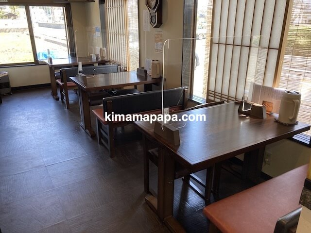 福井県鯖江市、二男坊のテーブル席