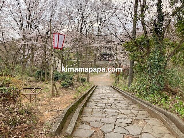 福井市、足羽山の愛宕橋へ向かう階段