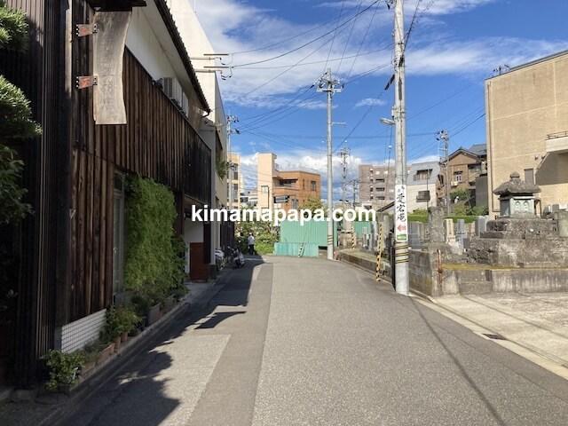 福井市、駐車場から愛宕庵への通り