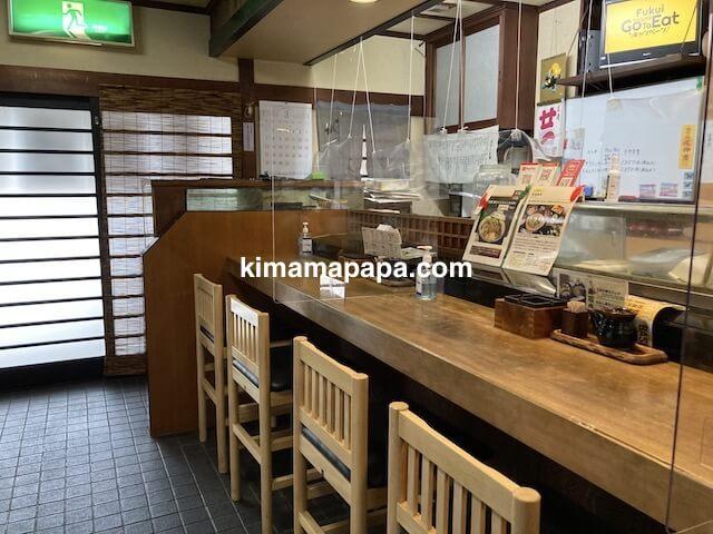 福井市、新海寿司のカウンター席