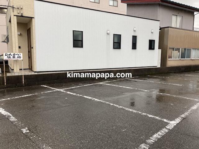 福井市、新海寿司の駐車場