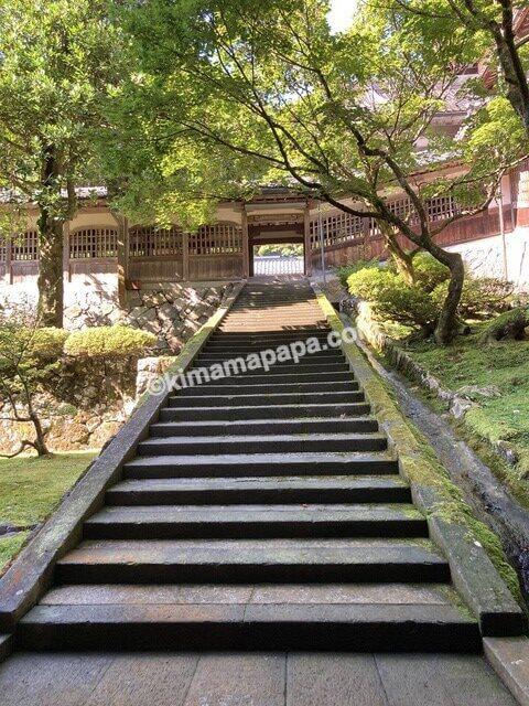 福井県永平寺、中庭の階段