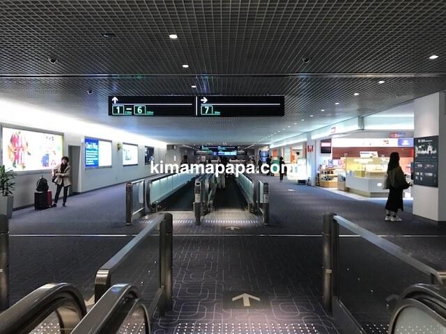 羽田第1ターミナル、搭乗ゲートへの動く歩道