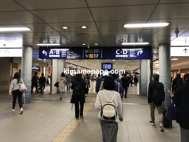 羽田第2ターミナル、京急線からターミナルへの通路