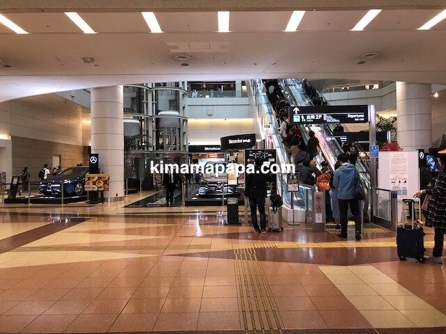 羽田第2ターミナル、地下1階からターミナルへのエスカレーター