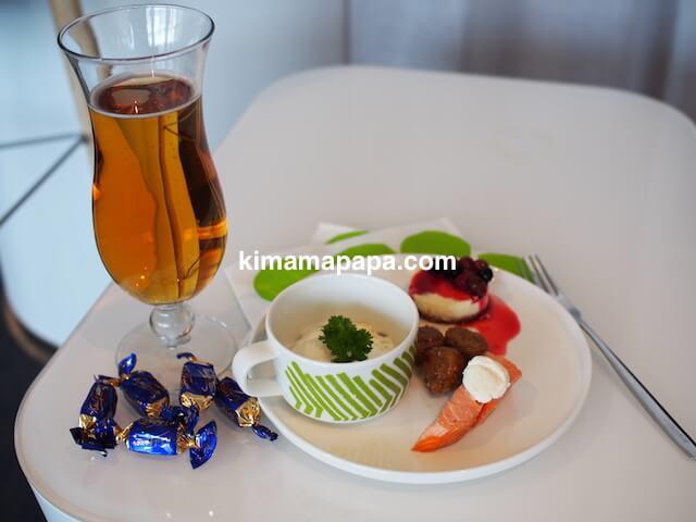 ヘルシンキ、ヴァンター空港のフィンエアープラチナウイングの食事