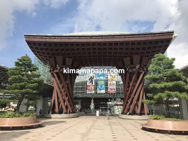 石川、金沢駅の鼓門