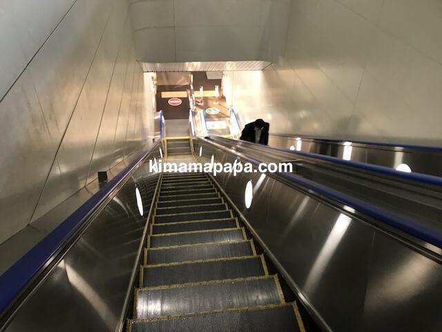 伊丹空港、モノレール駅から駐車場へのエスカレーター