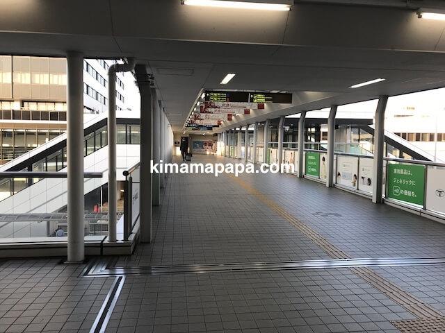 伊丹空港、駐車場とモノレール駅からターミナルまでの通路