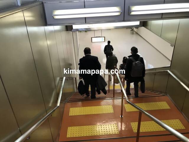 小松空港、手荷物受取場へ向かう階段