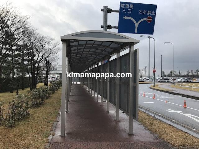 小松空港、国際線用駐車場からターミナルへの道
