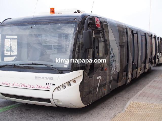 マルタ国際空港、飛行機までの移動バス