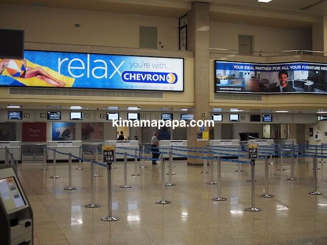 マルタ国際空港のチェックインカウンター