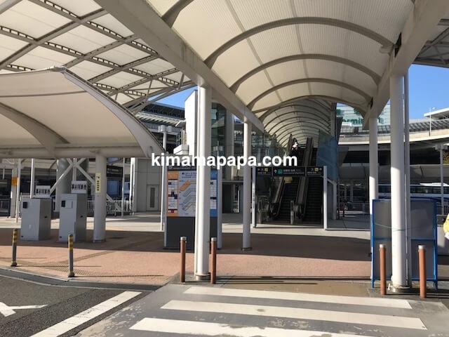 成田第1ターミナル、駐車場から2階へのエスカレーター