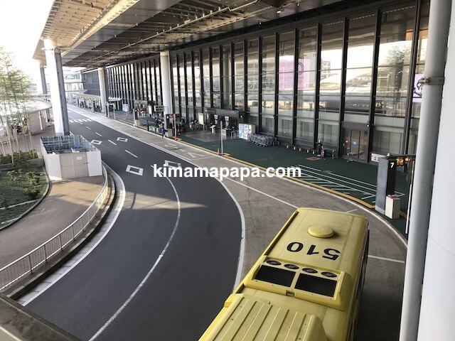 成田第1ターミナル、渡り廊下から見たバス停
