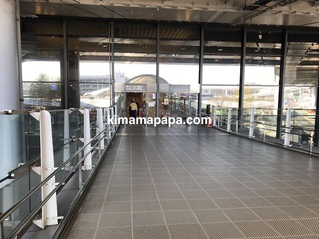 成田第1ターミナル、駐車場から2階への入り口