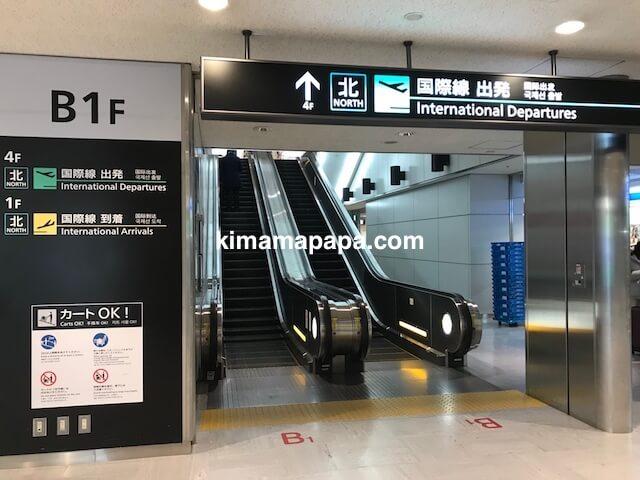 成田第1ターミナル、地下1階から1階へのエスカレーター