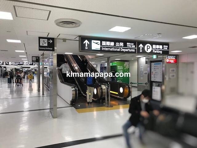 成田第2ターミナル、国際線出発へのエスカレーター