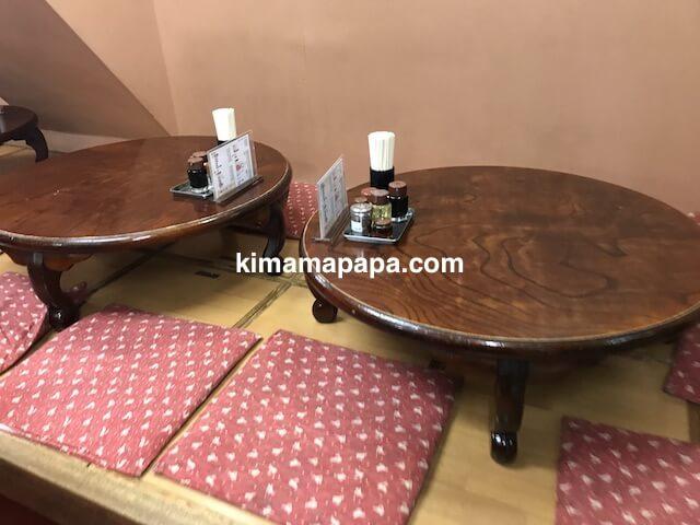 大阪府池田、かどや飯店の小上がりテーブル席
