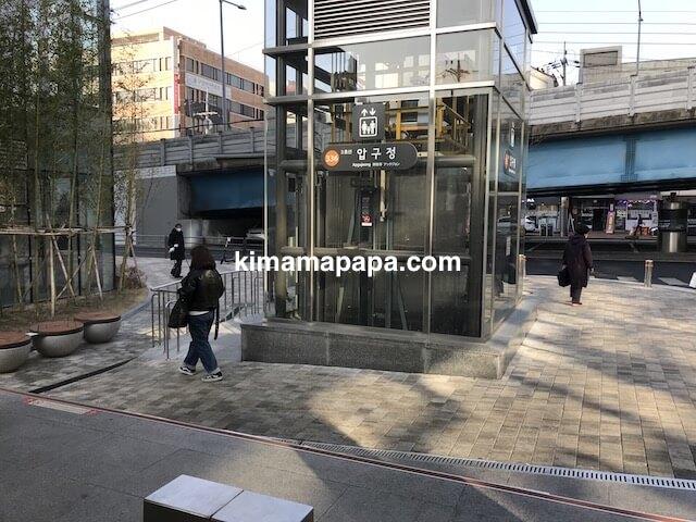 ソウルのアックジョン駅、3番出口のエレベーター