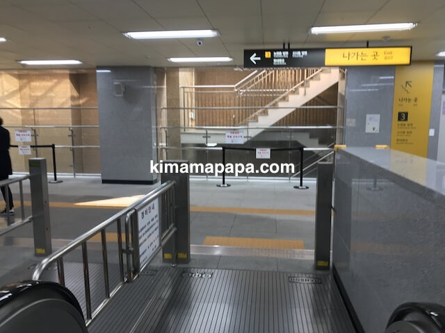 ソウルのアックジョン駅、3番出口へ向かう通路
