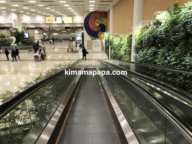 金浦空港、1階手荷物受取所に下る動く歩道