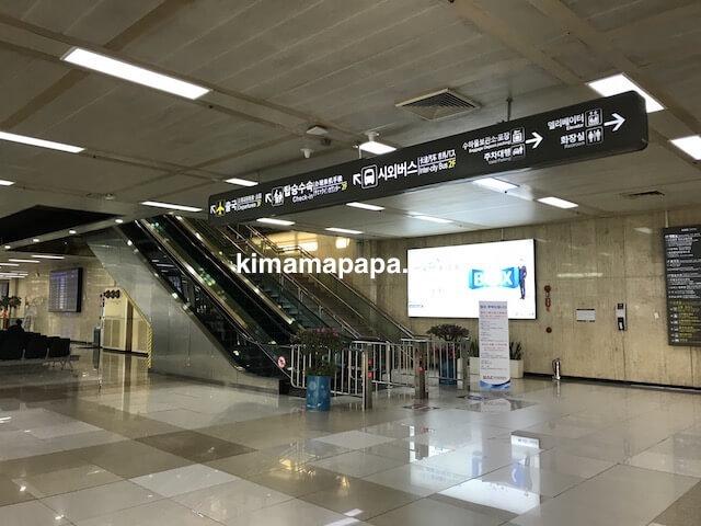 ソウル金浦空港、空港ターミナル1階のエスカレーター