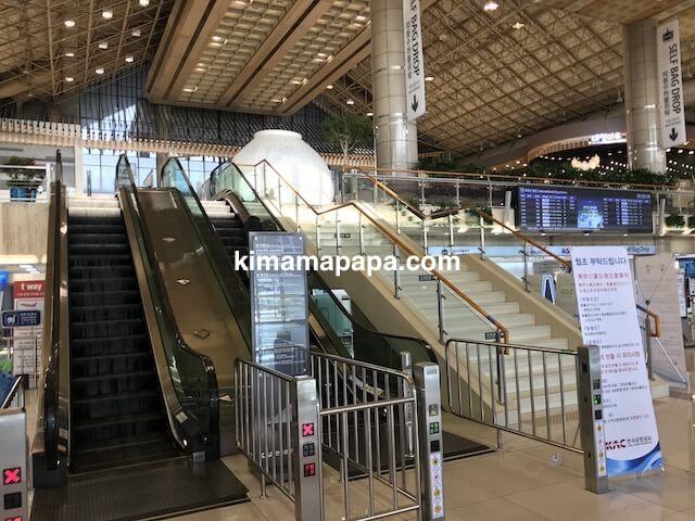 ソウル金浦空港、2階チェックインカウンターのエスカレーター