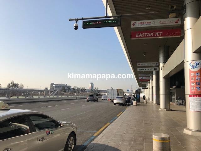 ソウル金浦空港、空港ターミナル2階のタクシー乗降場