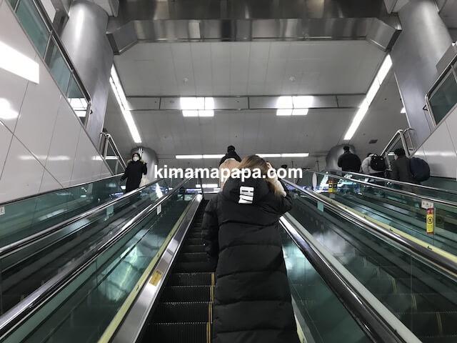 ソウル金浦空港、空港鉄道地下4階から地下3階へのエスカレーター