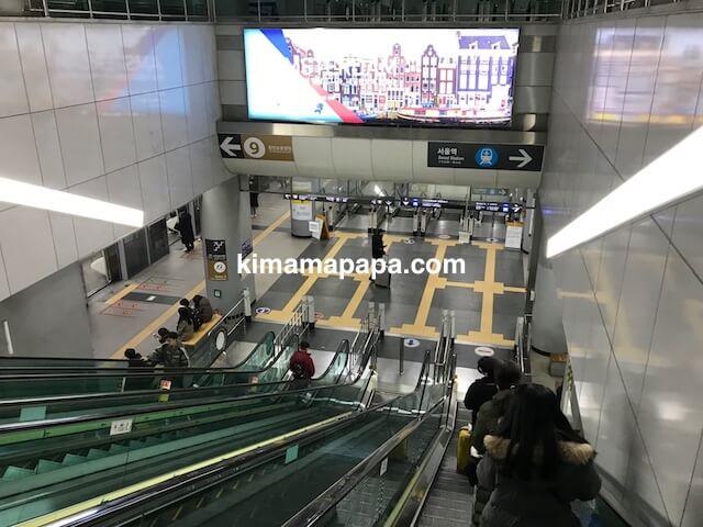 金浦空港、A'REXへのエスカレーター