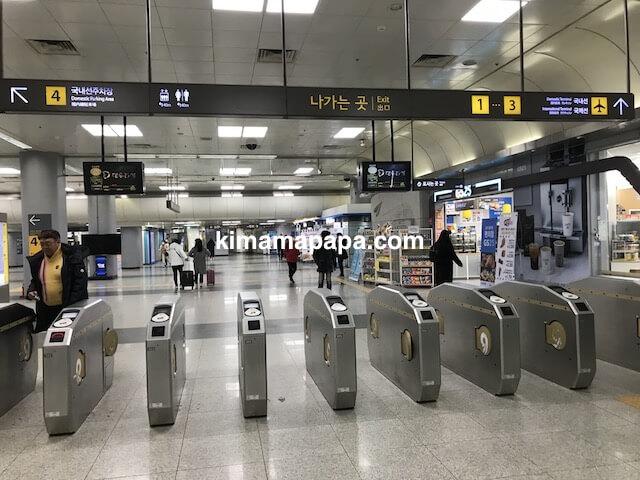 ソウル金浦空港、地下1階の空港鉄道改札口