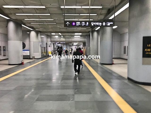 ソウル金浦空港、地下3階の空港鉄道改札口